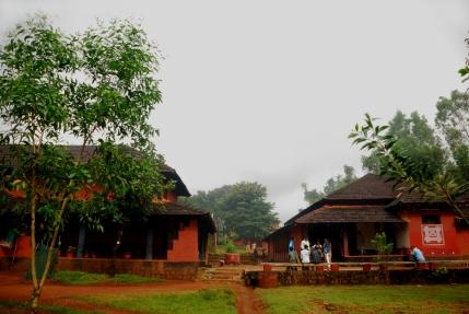 ಇಂಟಿಮೇಟ್ ಥಿಯೆಟರ್ (ಬಲಗಡೆ) ಮತ್ತು ನೀನಾಸಂ ಗ್ರಂಥಾಲಯ (ಎಡಗಡೆ) - ಪ್ರತೀಕ್ ಮುಕುಂದ ತೆಗೆದ ಚಿತ್ರ